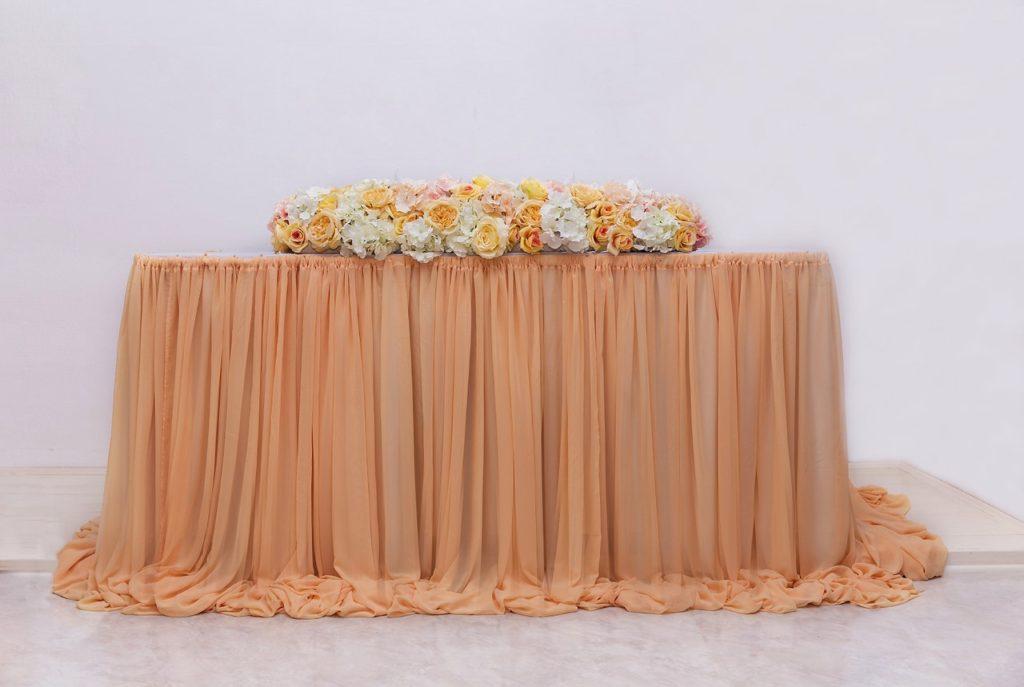 Оформление стола молодоженов в персиковом цвете