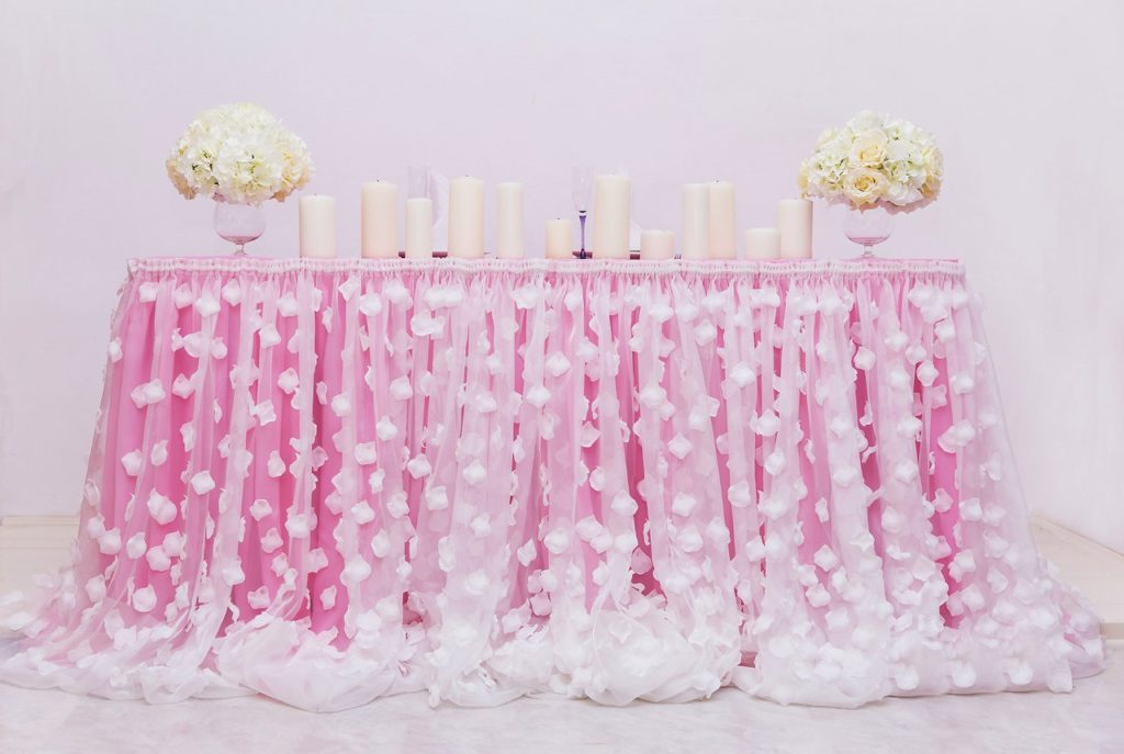 Юбка на стол из лепестков роз